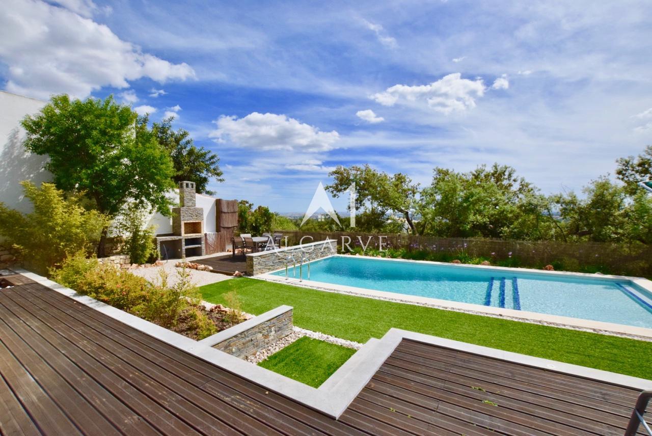 Impressionante recém-construída moradia com vistas maravilhosas sobre o mar