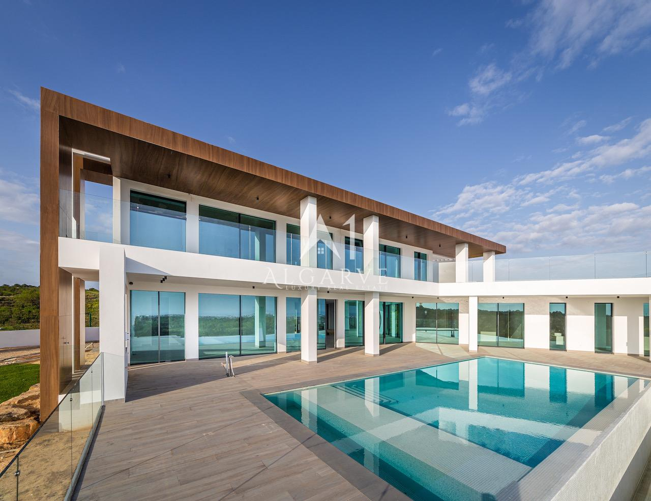 BRAND NEW CONTEMPORARY GOLF VILLA WITH SEA VIEWS