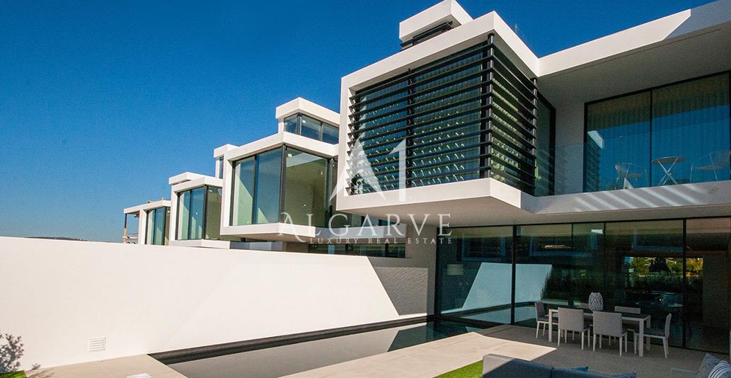 TOP QUALITY CONTEMPORARY LINKED VILLA