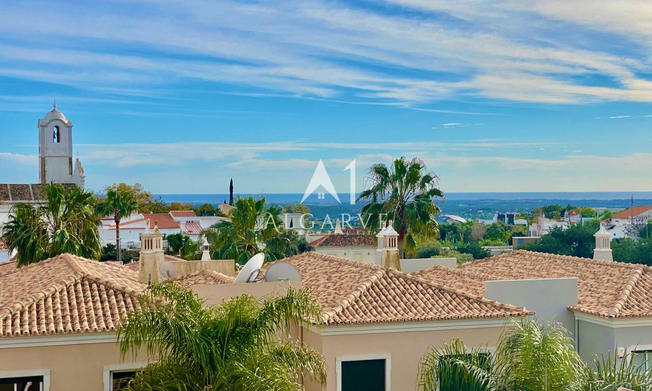 SPACIOUS TOWNHOUSE WITH POOL AND WITHIN WALKING DISTANCE TO AMENITIES